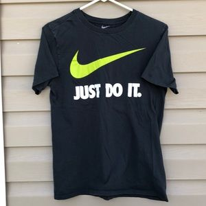 The Nike tee men's short sleeve gray tee shirt